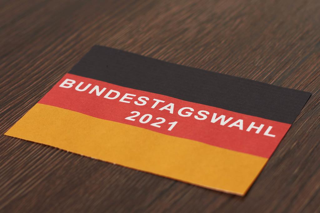 Bundestagswahl auf deutscher Flagge geschrieben