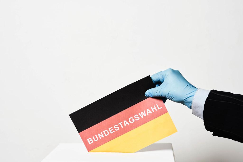 Bundestagswahl in der Covid-19 Pandemie in Deutschland 2021: Wahlurne, Stimmzettel, Wähler