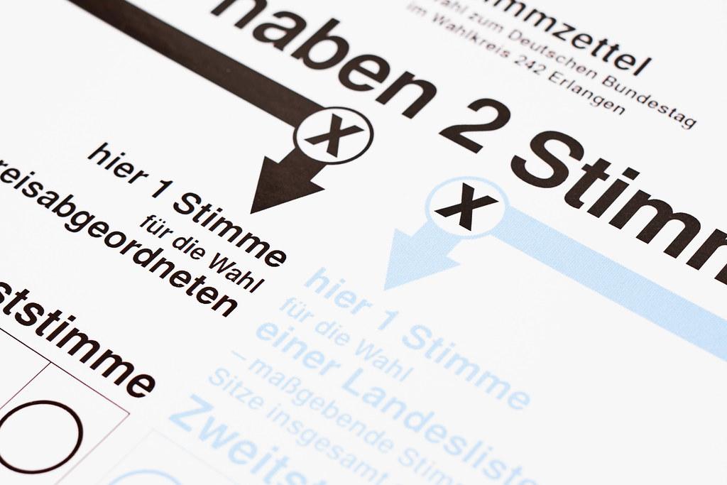 Bundestagswahl in Deutschland: Wähler machen zwei Kreuze auf dem Stimmzettel