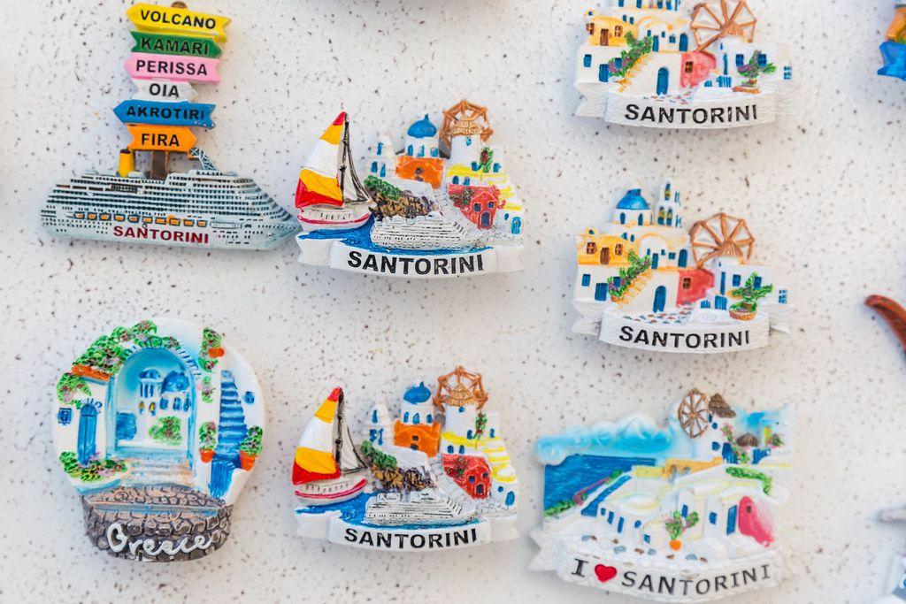 Bunte Magnete für Touristen auf dem griechischen Insel Santorini mit Bilder vom Dorf Oia und Booten