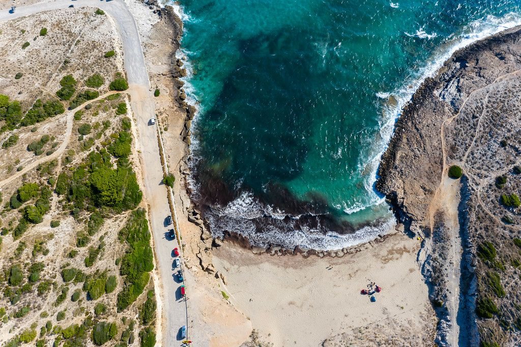 Cala Mitjana Strand bei Artà, Mallorca im Sommer 2020. Overhead-Luftaufnahme