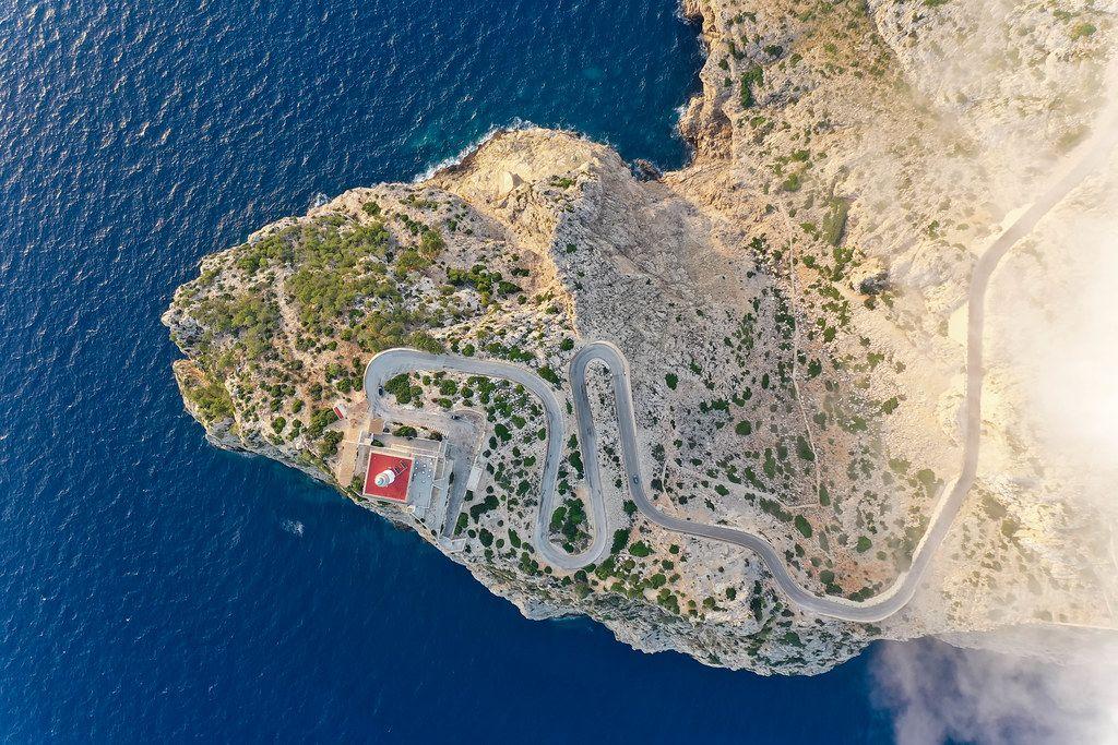 Cap de Formentor (Mallorca): die serpentinenreiche Straße, die zum Leuchtturm führt. Overhead Luftbild