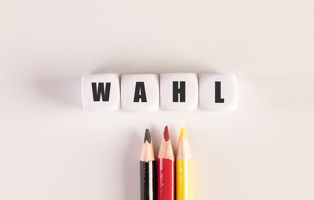 Color pencils with cubes with Wahl text on white background