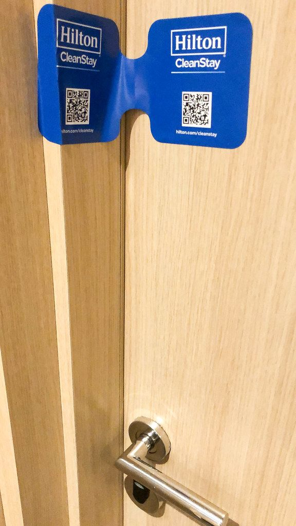 Corona-Maßnahmen im Hilton Hotel: Siegelaufkleber CleanStay verweist auf desinfizierte und gereinigte Hotelzimmer