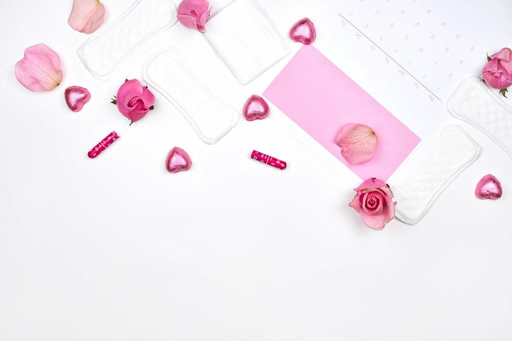 Damenhygieneartikel: Slipeinlagen, Binden, Tampons und ein Zykluskalender mit Platz für Text