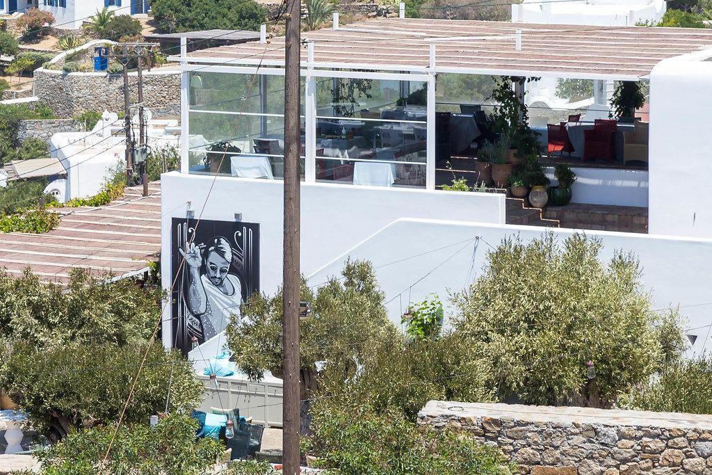 Das berühmte Nusr-et Restaurant auf dem Hügel neben den Windmühlen auf Mykonos, Griechenland