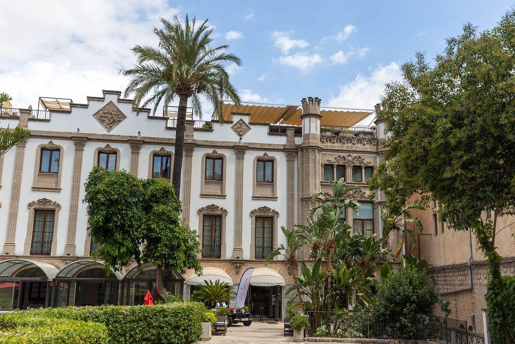 Das Gran Hotel Sóller. 5-Sterne Hotel auf Mallorca. Das weiße Gebäude mit Palmen vor dem Eingang