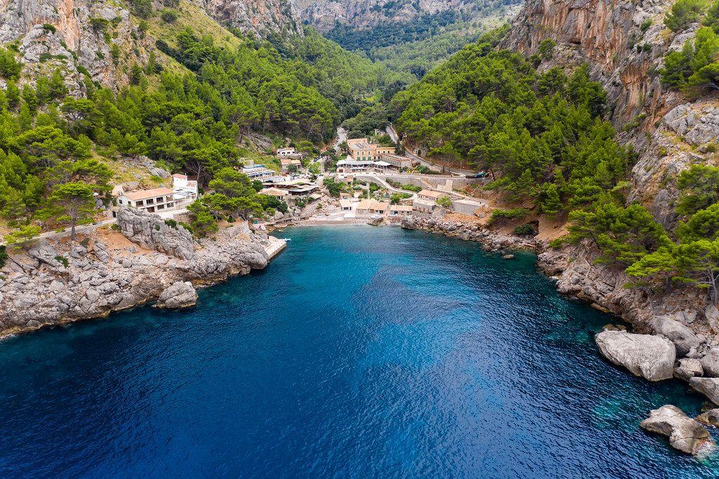 Das kleine Dorf und die Bucht von Sa Calobra an der Nordwestküste Mallorcas. Drohnenaufnahme