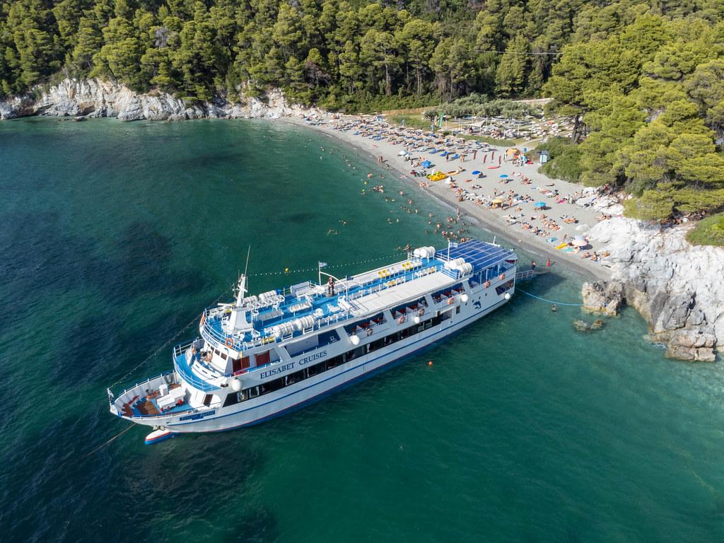 Das Kreuzfahrtschiff Elisabet vor Kastani Strand, dem berühmtesten Strand auf Skopelos. Luftbild