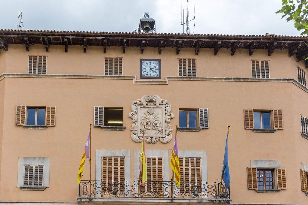 Das Rathaus von Sóller auf Mallorca mit der spanischen, europäischen und balearischen Flagge