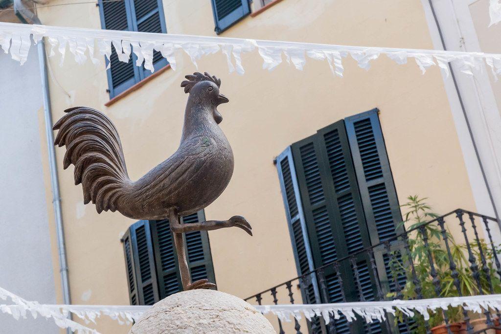 Das Symbol von Pollença auf Mallorca: der Hahn von Plaça de l