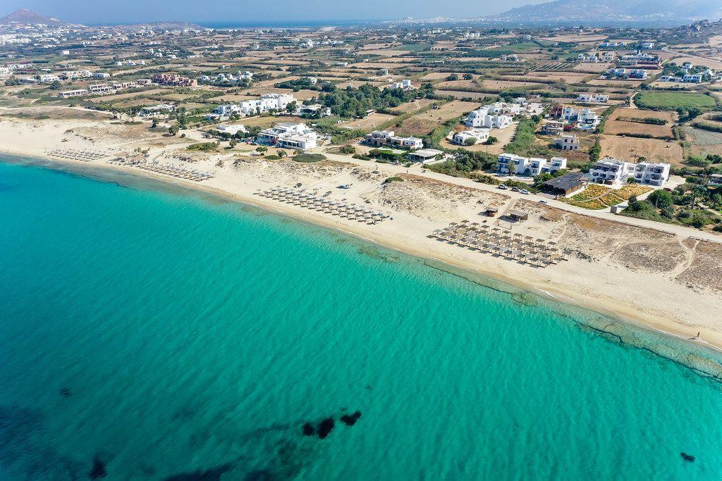 Das traumhaft türkise Meer und der Strand von Plaka auf Naxos, Griechenland. Luftaufnahme von der Insel