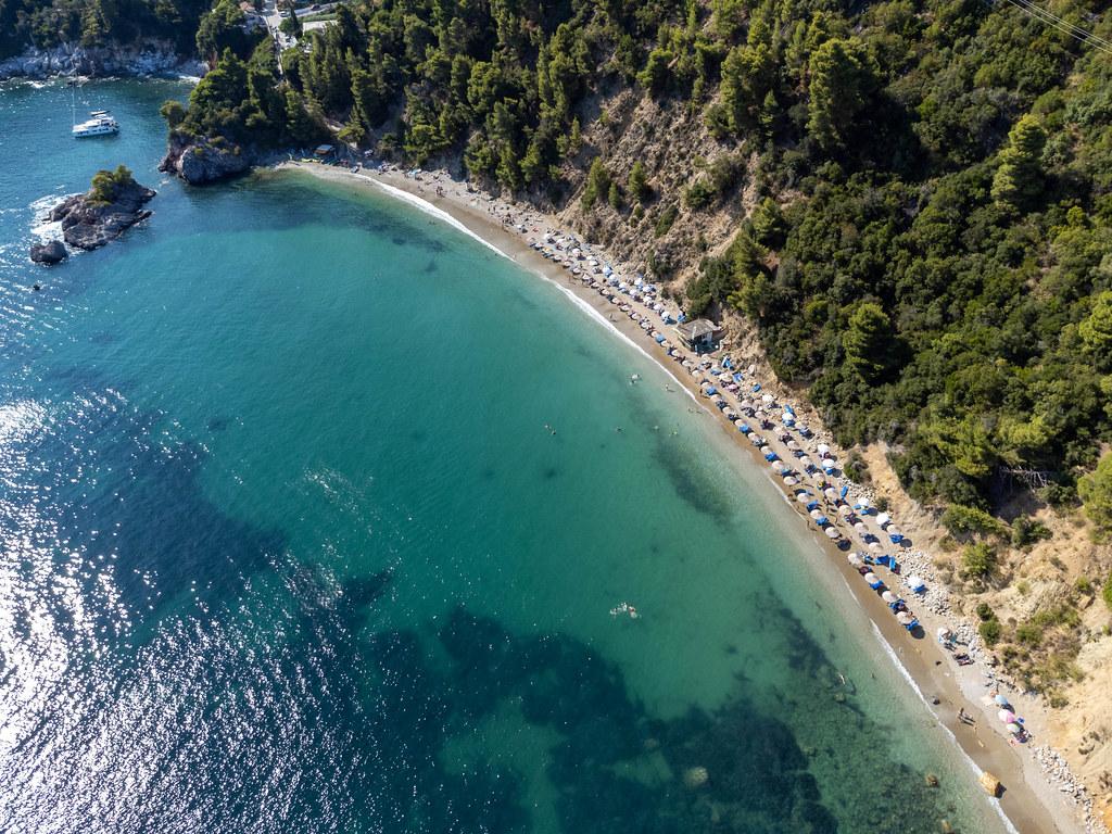 Das türkisblaue Meer von Staphylos: Luftbild eines der schönsten Strände auf Skopelos