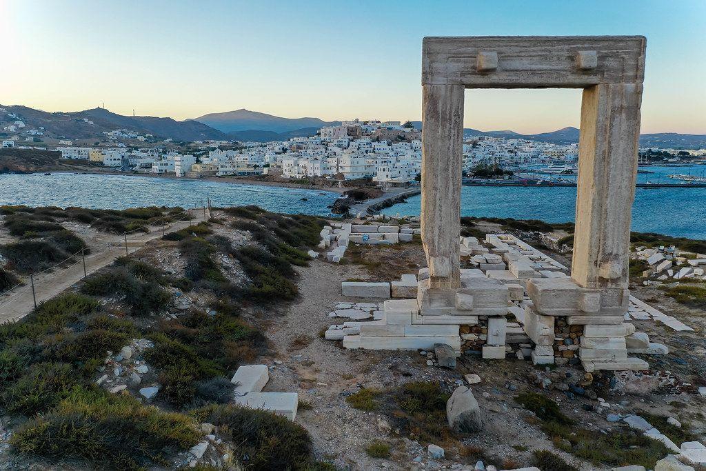 Das Wahrzeichen von Naxos: die Portara oder Tempeltor auf der Insel Palátia vor der Stadt Chora