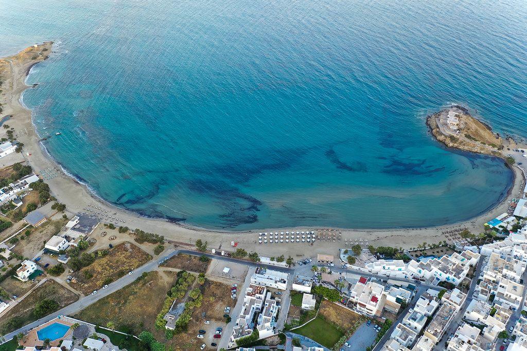 Der Agios Georgios Strand bei Chora, Naxos. Luftbild von der Küste mit türkisem Wasser