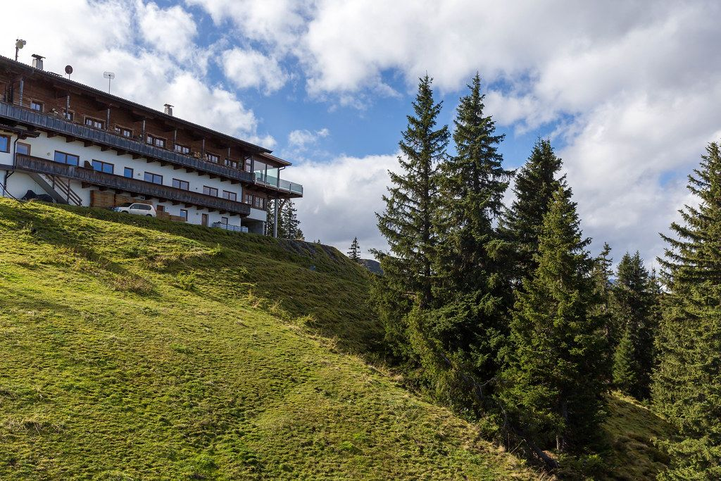Der Berggasthof Hornboden direkt unterhalb der Bergstation an der Wiedersbergerhornbahn