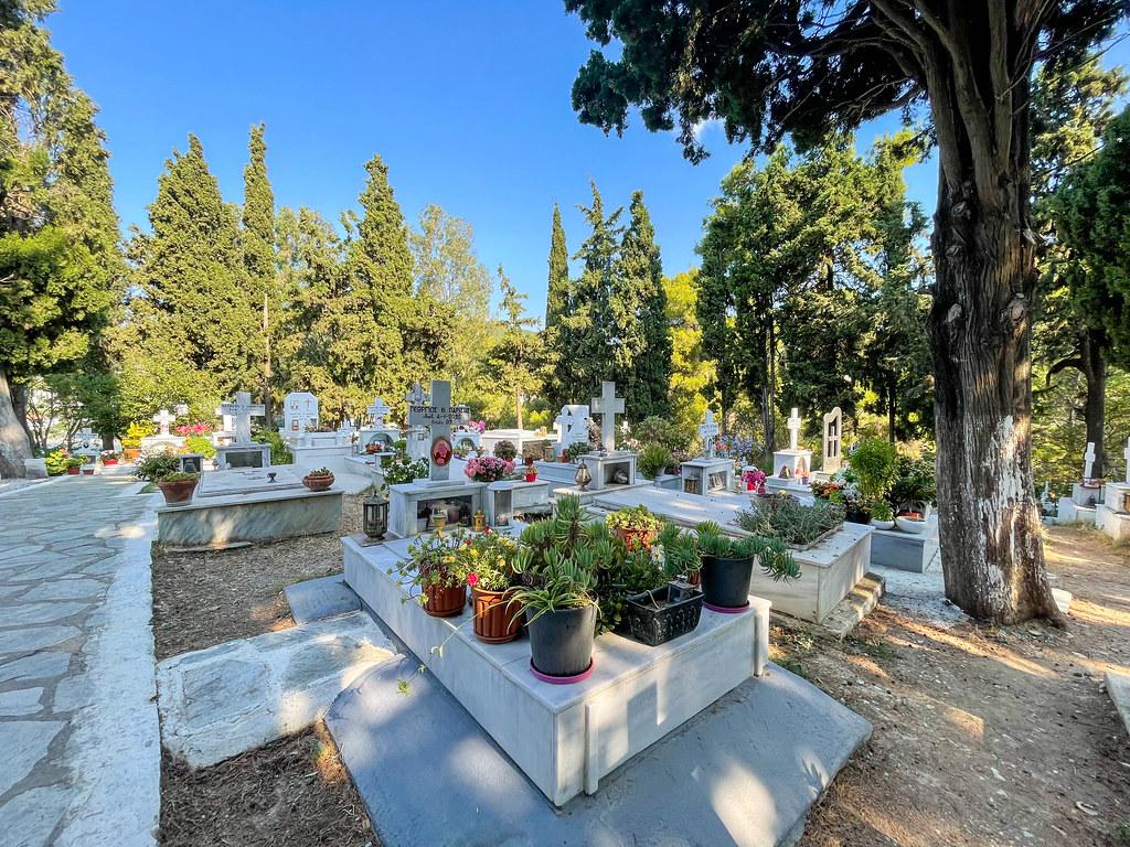 Der Friedhof von Skiathos: ein Freilichtmuseum mit Denkmälern der neoklassischen Periode