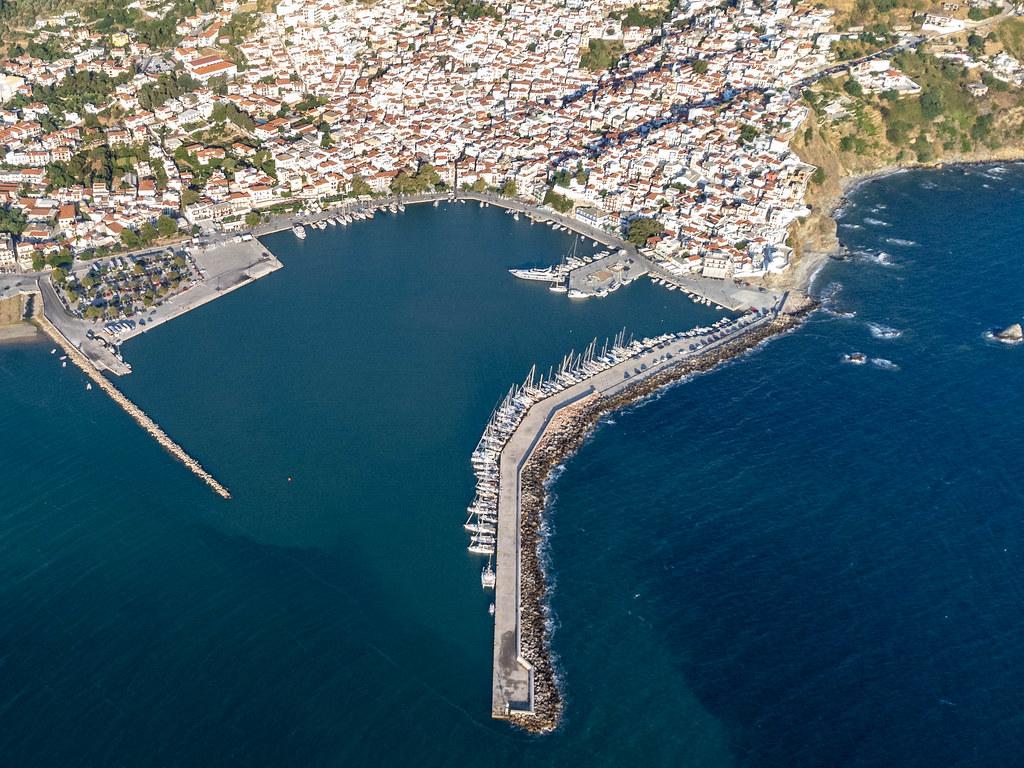 Der Hauptort der Insel Skopelos mit seinem Hafen und der historischen Altstadt. Drohnenaufnahme