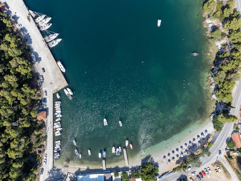 Der kleine Strand und der ebenfalls kleine Hafen Agnontas auf Skopelos. Luftaufnahme