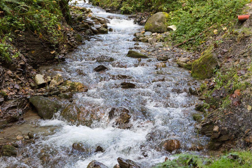 Der Mühlbach fließt in der Nähe von Alpbach, Tirol. Wanderung auf dem Weg der Besinnung