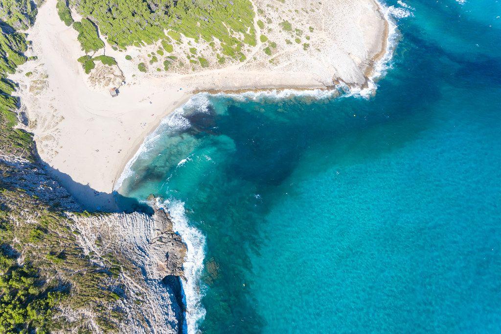 Der Sandstrand von Cala Torta mit türkisem Wasser in der Nähe von Artà auf Mallorca. Dronenaufnahme