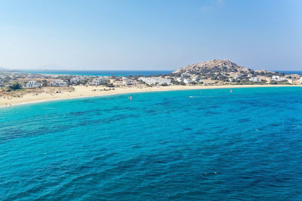 Der Strand und Landspitze Mikri Vigla auf Naxos, Griechenland. Luftaufnahme mit blauem Meer