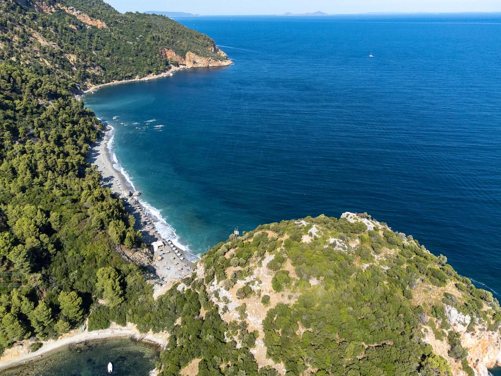 Der Strand Velanio und die Halbinsel daneben. Luftaufnahme auf der griechischen Insel Skopelos
