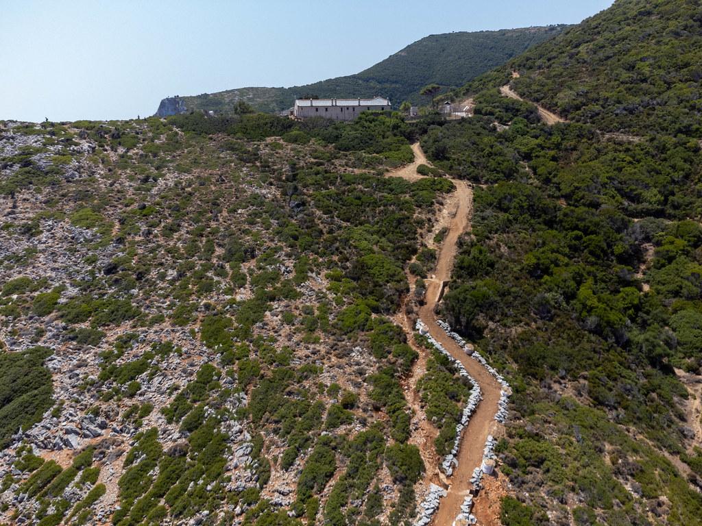 Der Weg zum Heiligen Kloster der Geburt der Jungfrau Maria (Genesiou tis Theotokou) auf Kyra Panagia