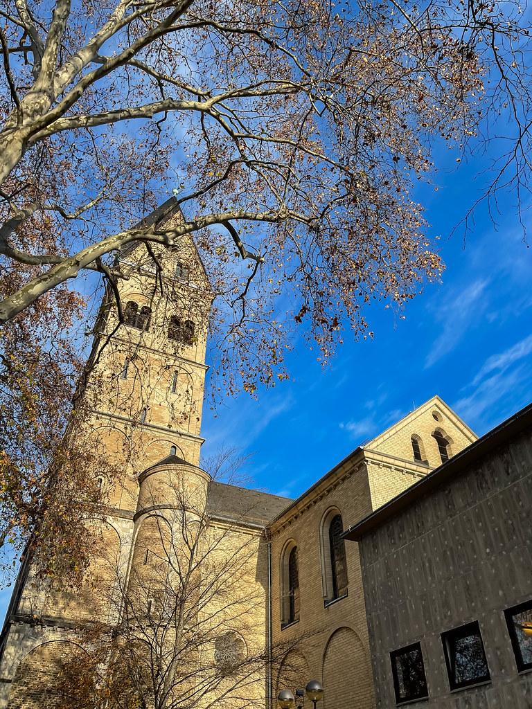 Der Westturm der Basilika St. Aposteln am Neumarkt: eine der romanischen Kirchen in Köln