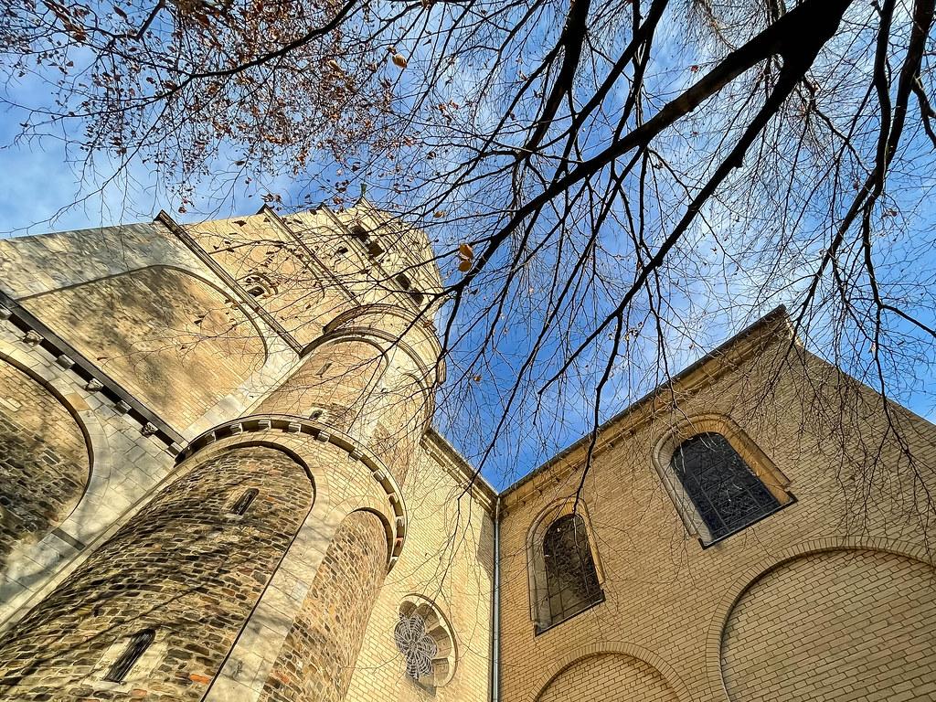 Der Westturm der St. Aposteln Basilika (römisch-katholische Kirche in Köln). Aufnahme von unten