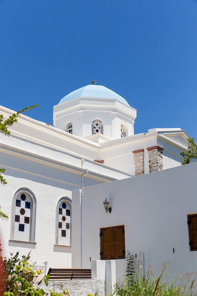 Die blaue Kuppel der weißen Kirche Panagia Protothronos vor blauem Himmel in Halki, Naxos