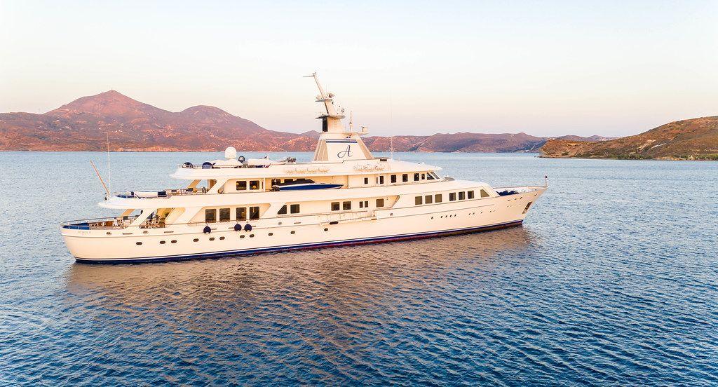 Die Blohm & Voss Luxus-Superyacht Astarte II am Sonnenuntergang in Adamantas, Milos, Kykladen