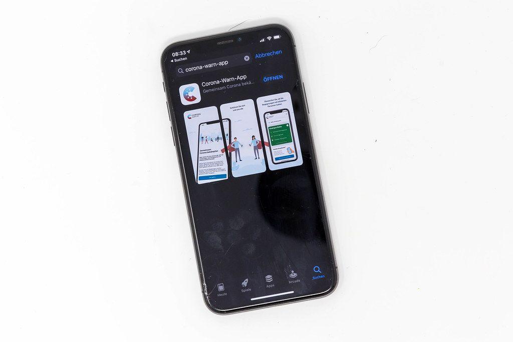 Die deutsche Corona-Warn-App: in den App Stores von Google und Apple  zum Download verfügbar