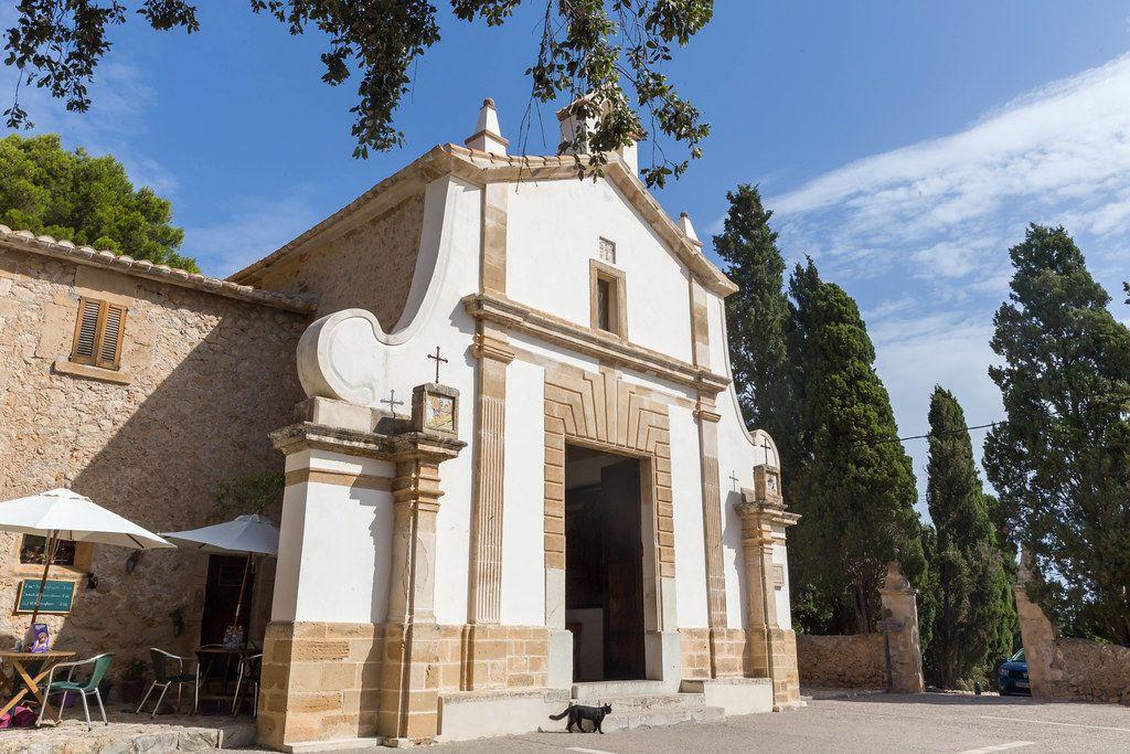 Die Eglésia del Calvari auf dem Kalvarienberg in Pollença. Kapelle auf Mallorca