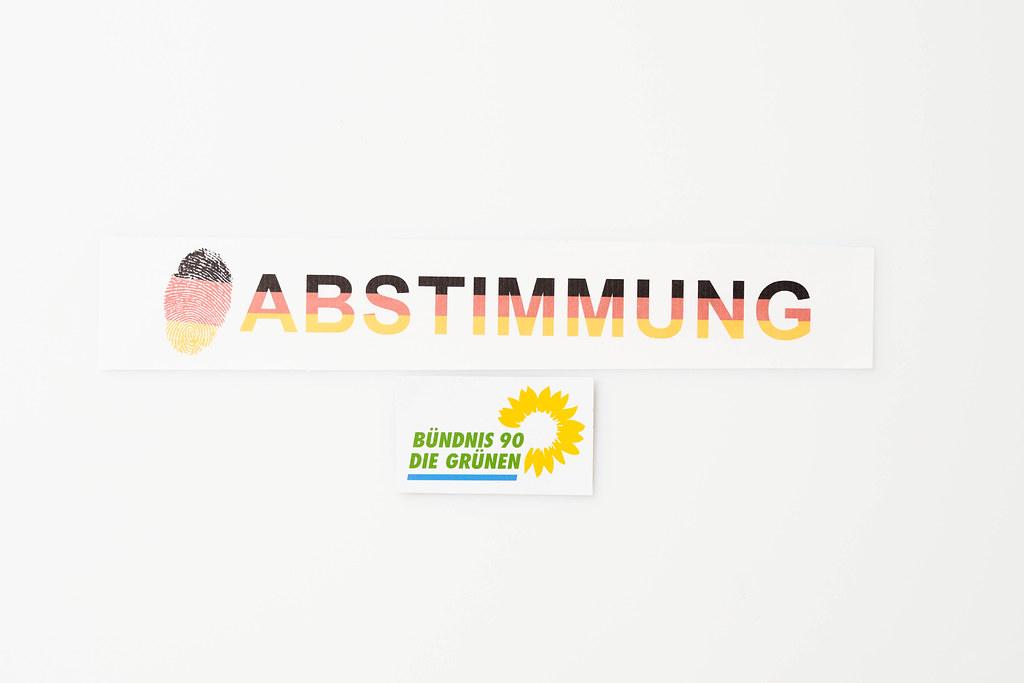 """Die Grünen bei der Bundestagswahl 2021: Schrift """"Abstimmung"""" in den Farben der deutschen Flagge"""