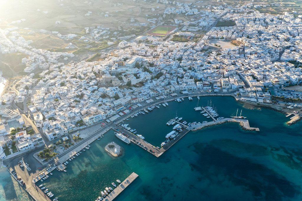 Die Hafen- und Hauptstadt Naxos, Chora. Luftbild mit weißen Gebäuden, Seebrücken und Booten