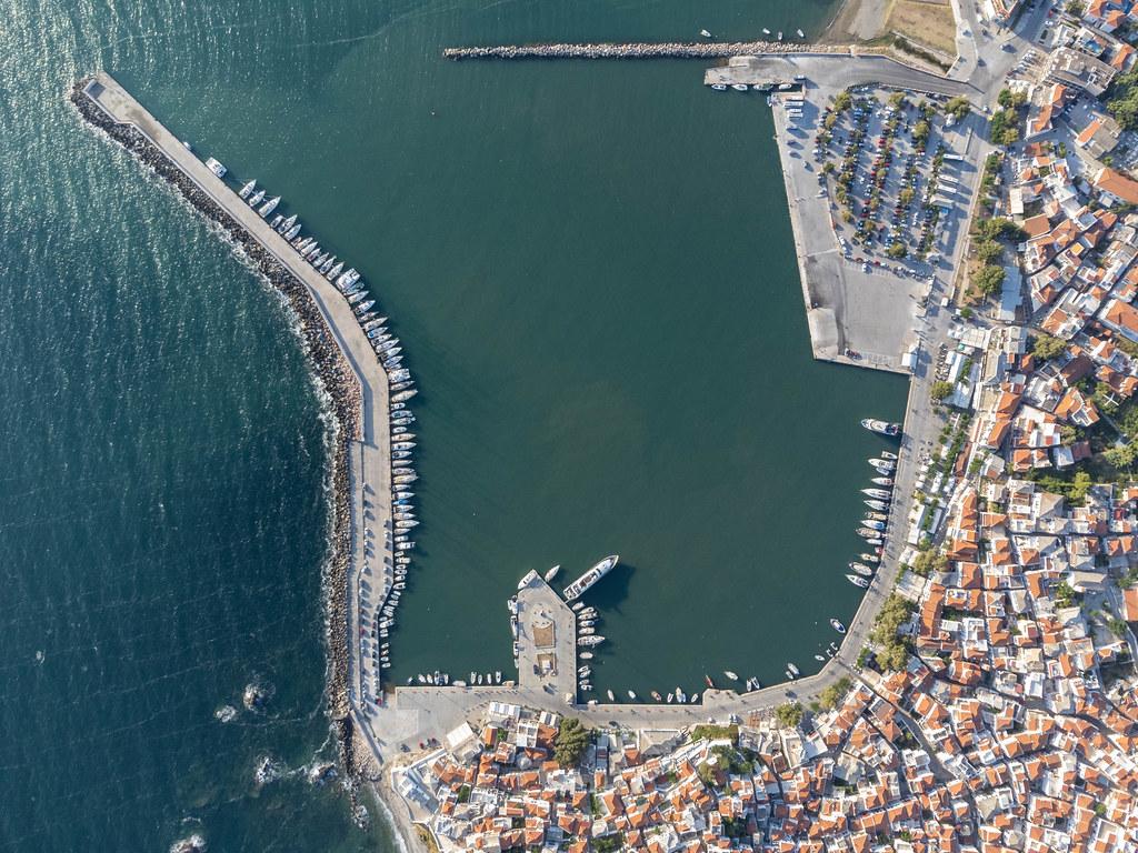 Die historische Altstadt und der Hafen von Skopelos im Südosten der griechischen Insel. Luftbild