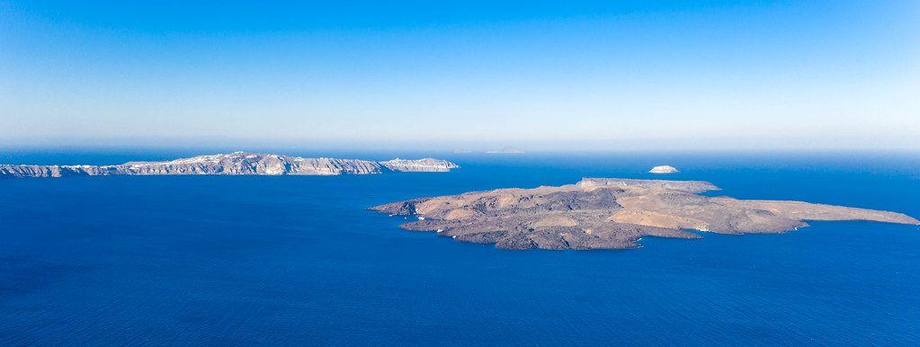 Die Insel von Nea Kameni und die Halbinsel Akrotiri in der Ägäis. Drohnenaufnahme