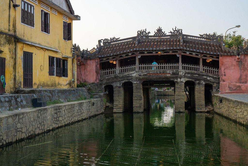 Die Japanische Brücke in der Altstadt mit roten leuchtenden Laternen als das Wahrzeichen von Hoi An, Vietnam