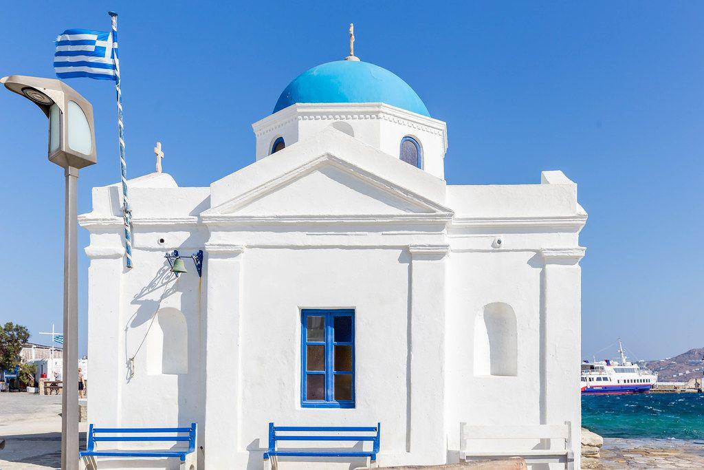 Die Kirche vom Agios Nikolaos: typische weiße Kirche mit blauer Kuppel am Hafen von Mykonos