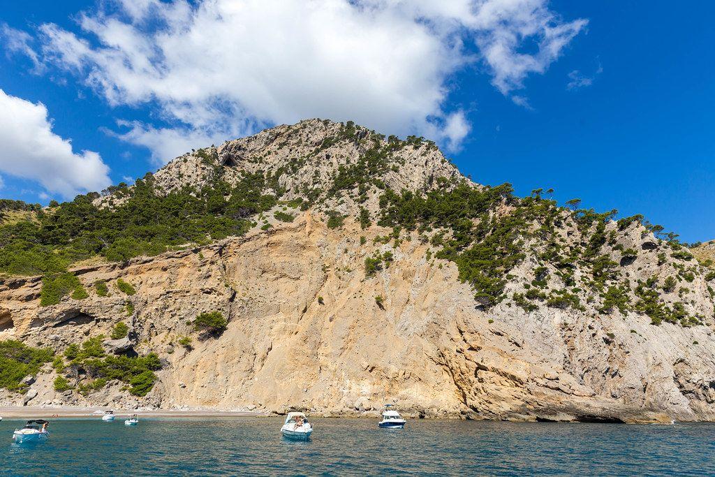 Die Klippen neben der schwer zugänglichen Bucht von Platja des Coll Baix bei Alcúdia auf Mallorca