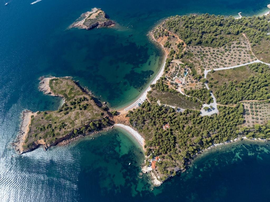 Die Landzunge und die Strände Kokkinokastro und die kleine Insel Kokkinonisi auf Alonnisos. Drohnenbild