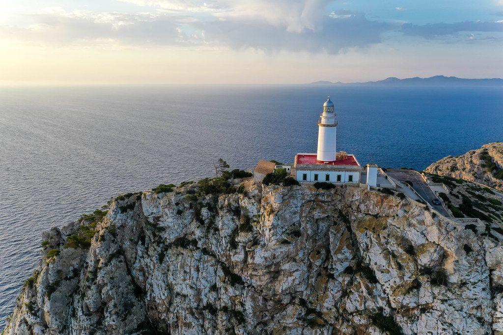 Die nördlichste Spitze Mallorcas: der Leuchtturm von Cap de Formentor. Drohnenaufnahme