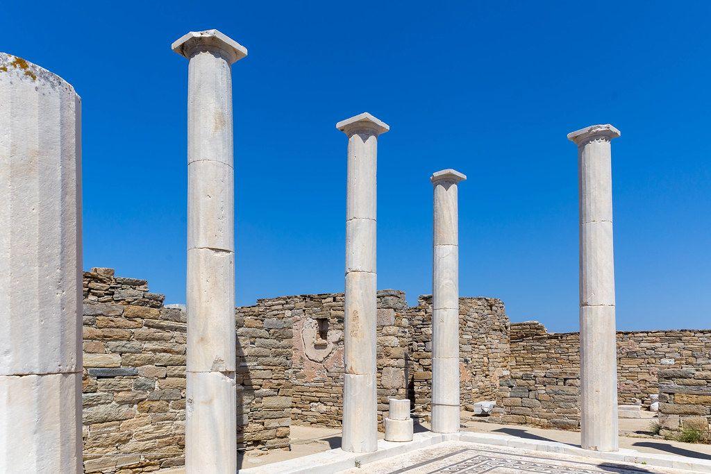 Die Säulen des Hauses der Kleopatra, berühmt für die einzigartigen Statuen, auf Delos, Griechenland