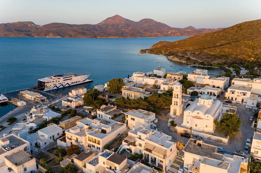 Die Seajets Fähre und die Hafenstadt Adámas auf Milos in Griechenland: Drohnenaufnahme