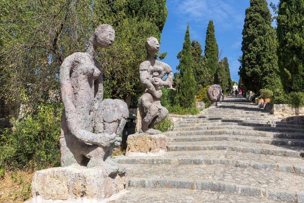 Die Skulpturen von Joan Bennàssars Ausstellung auf der Freitreppe zum Kalvarienberg von Pollença