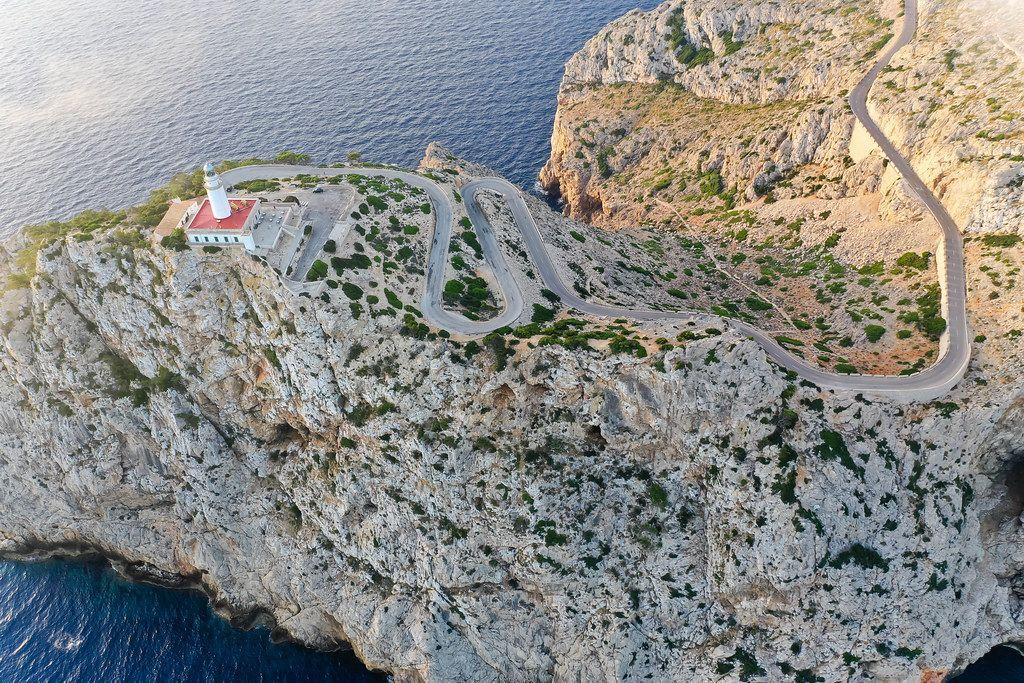 Die steile, bis zu 384 Meter-höhe Klippe von Cap de Formentor mit dem Leuchtturm in einem Luftbild