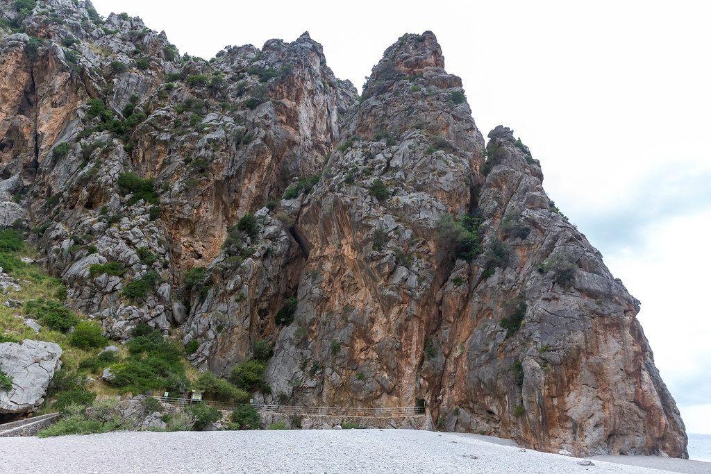 Die steilen Felswände der Schlucht, die vom Torrent de Pareis bei Sa Calobra (Mallorca) gebildet wurde