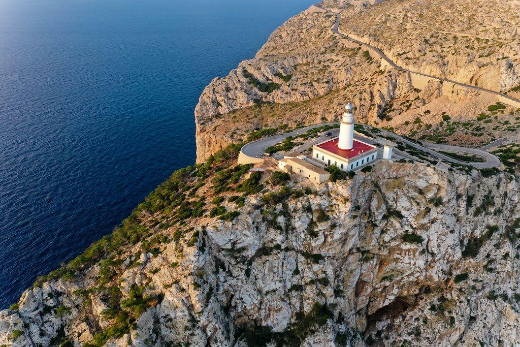 Die Steilküste der Halbinsel Formentor auf Mallorca mit dem Leuchtturm. Drohnenaufnahme