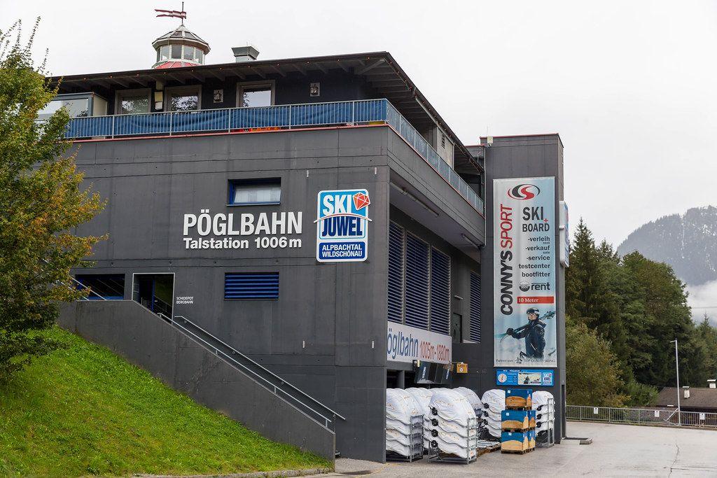Die Talstation der Pöglbahn im Alpbachtal (Österreich), nur im Winter für Skifahrer im Betrieb
